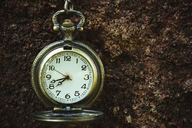 Reloj de bolsillo antiguo vintage colgado