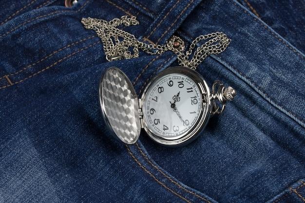 Reloj de bolsillo en blue jeans.