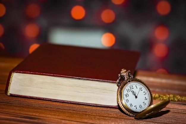 Reloj de bolsillo con fondo de libro
