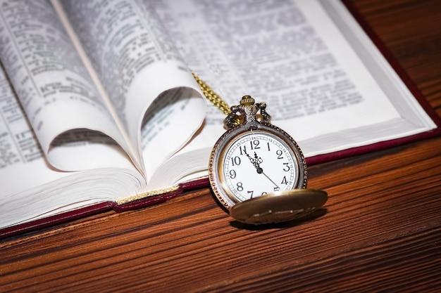 Un reloj de bolsillo con libro.