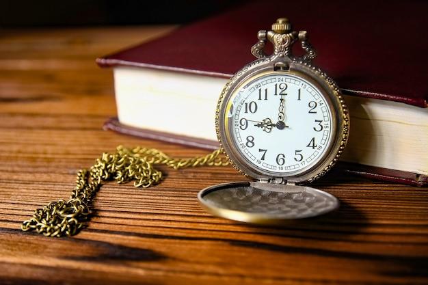 Un reloj de bolsillo con superficie de libro.