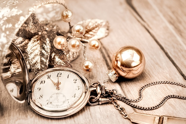 Reloj de bolsillo vintage que muestra de cinco a doce. ¡feliz año nuevo!
