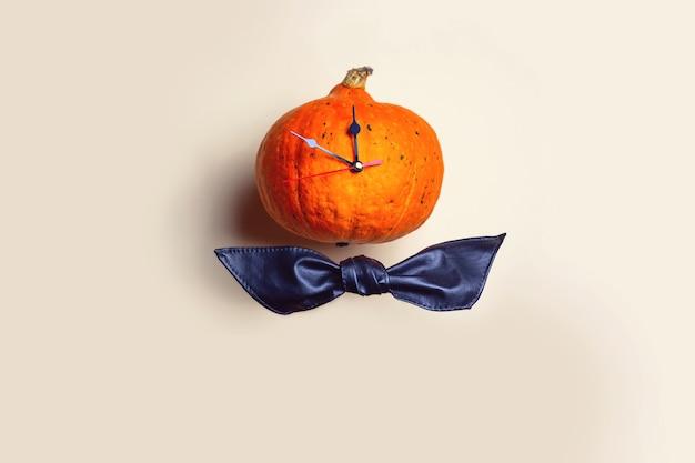 El reloj de calabaza muestra el tiempo antes de halloween.