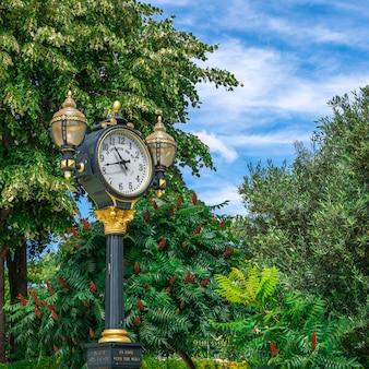 Reloj en el castillo de ravadinovo, bulgaria