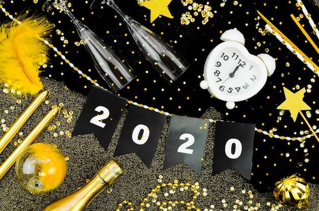 Reloj de celebración de año nuevo 2020 y guirnalda