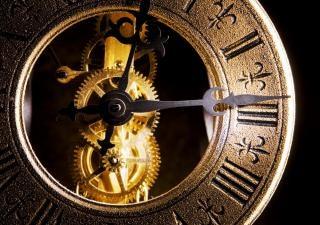 El reloj cerca de antigüedades
