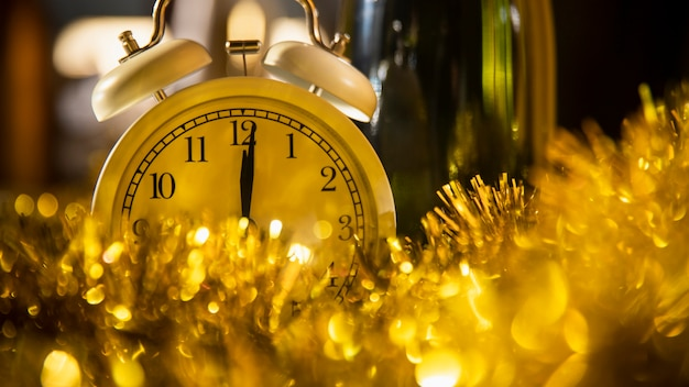 Reloj entre decoraciones doradas