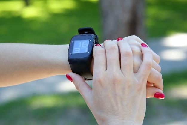 Reloj deportivo en la mano de una mujer.
