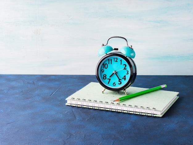 Reloj despertador y accesorios de hombre de negocios.