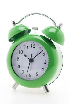 Reloj despertador de color verde con el fondo blanco