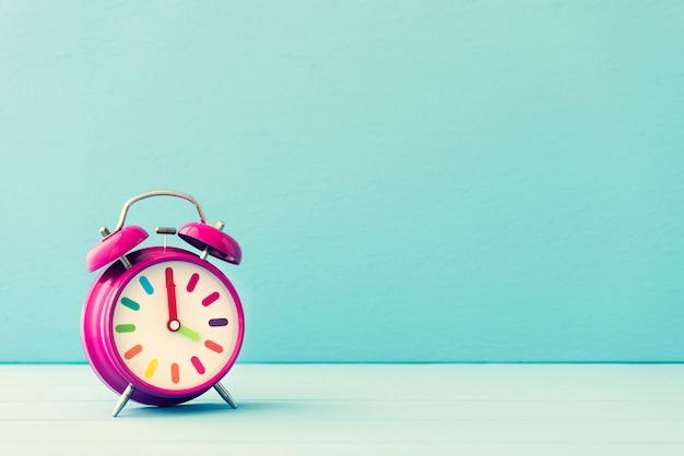 Reloj despertador espacial en pastel vintage