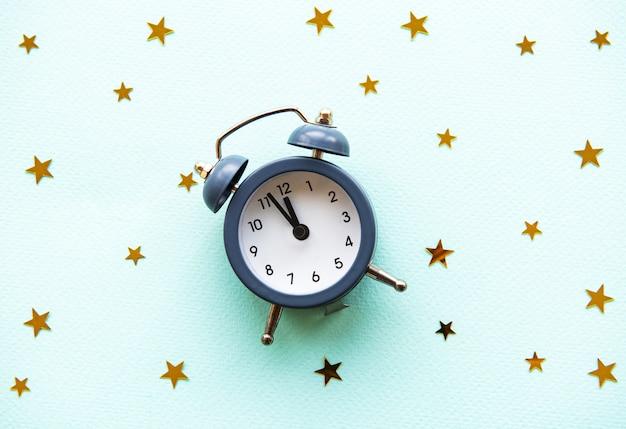 Reloj despertador con estrellas doradas