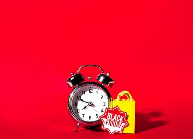 Reloj despertador y paquete de compra amarillo.