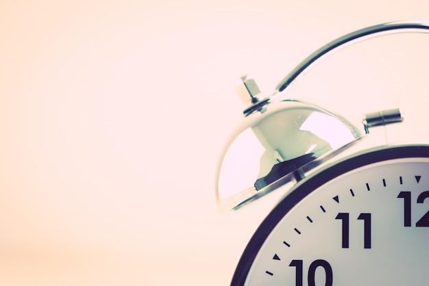 Reloj despertador plateado de cerca