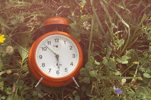 Reloj despertador rojo