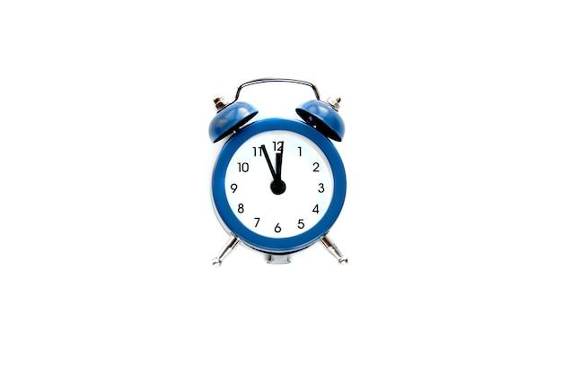 Reloj despertador vintage gris muestra las 12 en punto aislado sobre fondo blanco. despierta y date prisa. venta caliente, precio final, última oportunidad. cuenta regresiva para la medianoche del año nuevo.