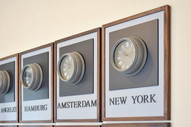 Reloj de diferentes zonas horarias en la pared.