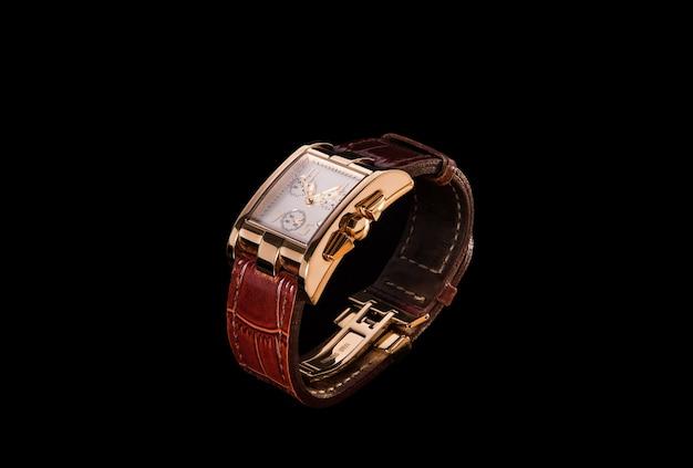 Reloj dorado con correa de cuero.