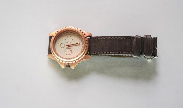 Reloj e imagen sobre fondo blanco.