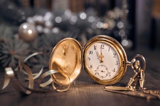 Reloj de época que muestra las cinco y media