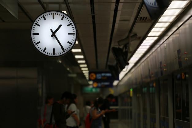Reloj en la estación de metro.