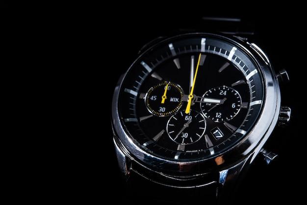 Reloj del hombre sobre fondo negro