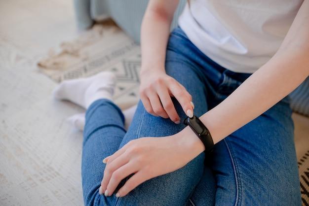 Reloj inteligente en la muñeca. pulsera de fitness