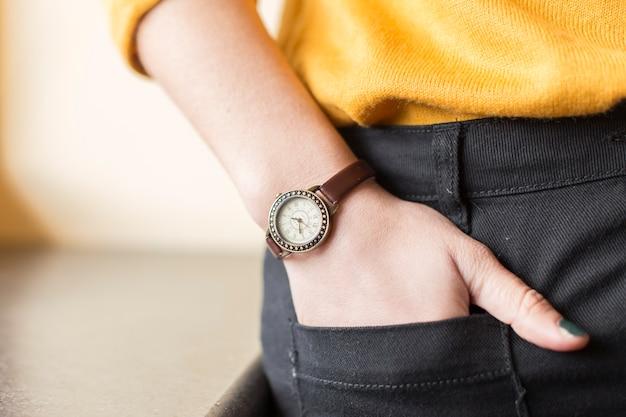 Reloj marrón en la muñeca de una blogger