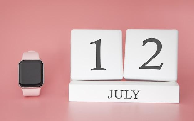 Reloj moderno con calendario cubo y fecha 12 de julio en pared rosa. concepto de vacaciones de verano.