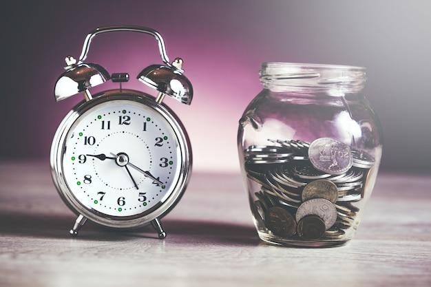 Reloj con monedas en frasco