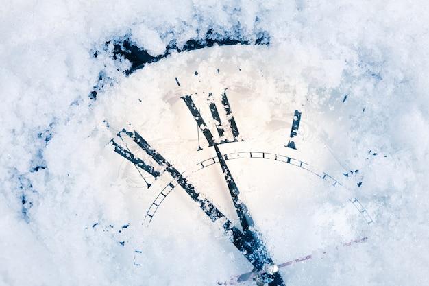 Reloj de navidad en la nieve