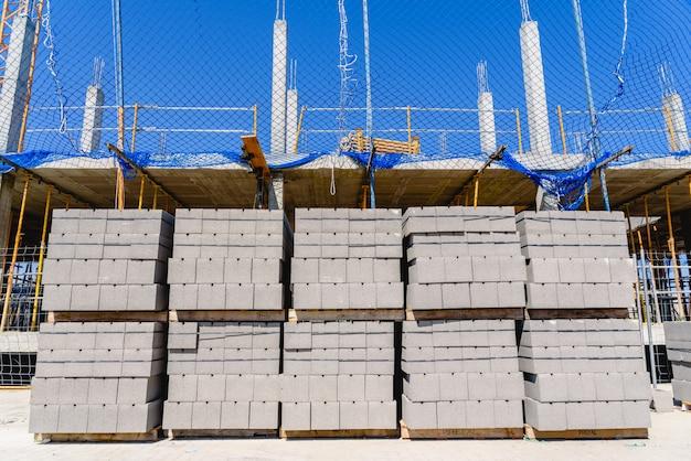Reloj de palets de hormigón para construir las paredes de un edificio en construcción.