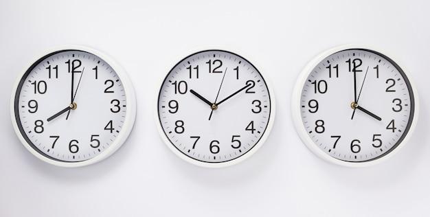 Reloj de pared en pared blanca