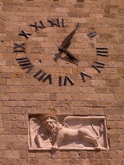 Reloj en la pared en rhodes grecia