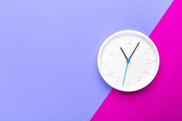 Reloj de pared sobre fondo de color