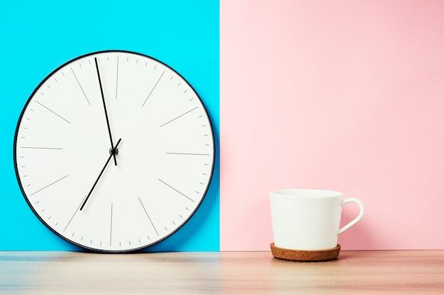 Reloj de pared vintage y taza de café.