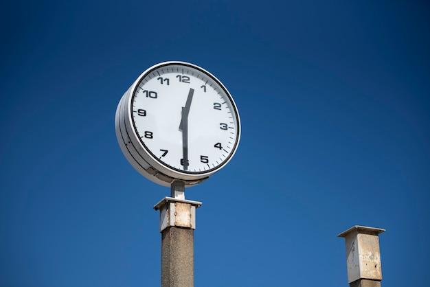 Reloj de playa solitaria marcando el tiempo