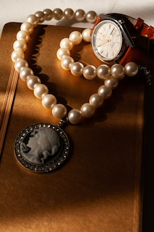 Reloj de pulsera y cuaderno.