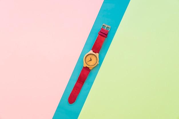 Reloj de pulsera sobre fondo colorido