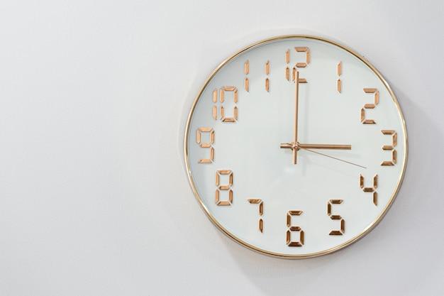 Reloj redondo aislado sobre fondo blanco.