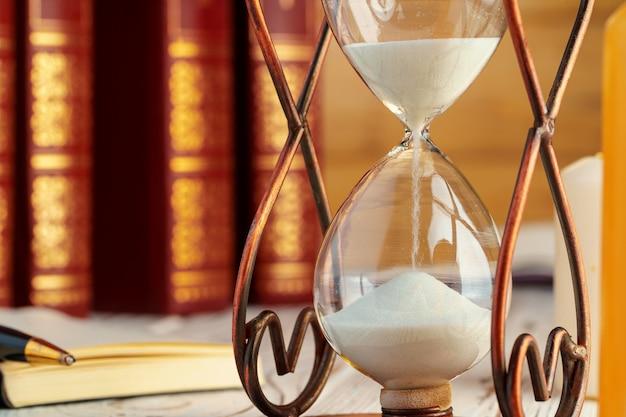 Reloj de reloj de arena de cerca sobre una mesa
