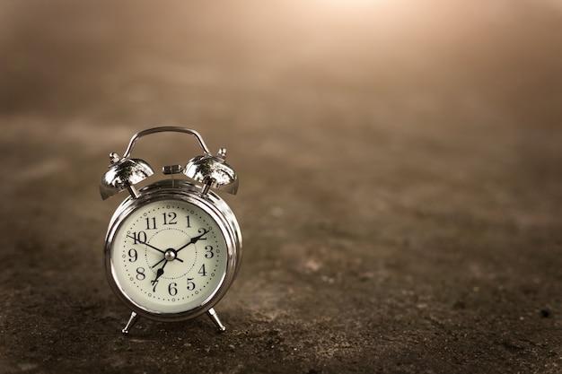 Reloj retro en piso de ladrillo