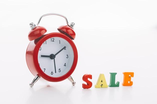 Reloj rojo con concepto de venta