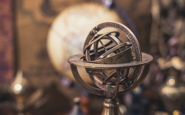 Reloj de sol brújula con signo del zodiaco