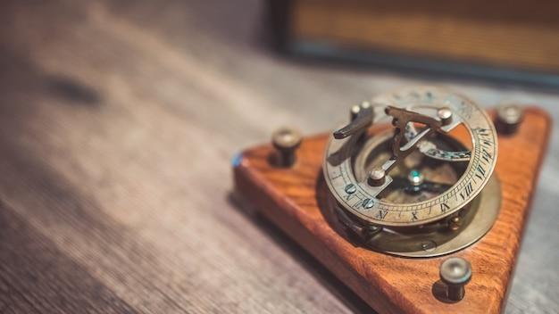 Reloj de sol náutico armilar de bronce vintage