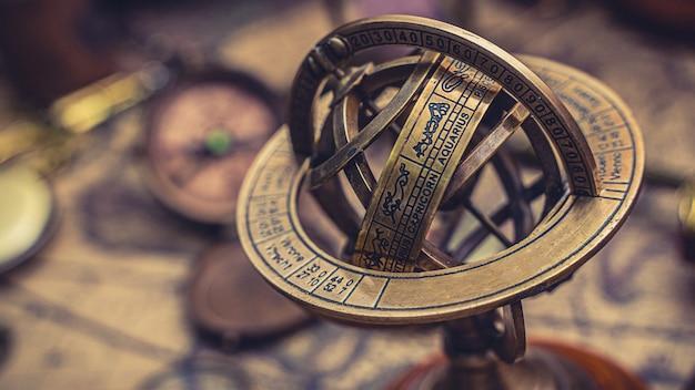 Reloj de sol con signo del zodiaco