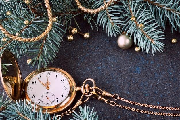 Reloj vintage en una decoración festiva que muestra de cinco a doce