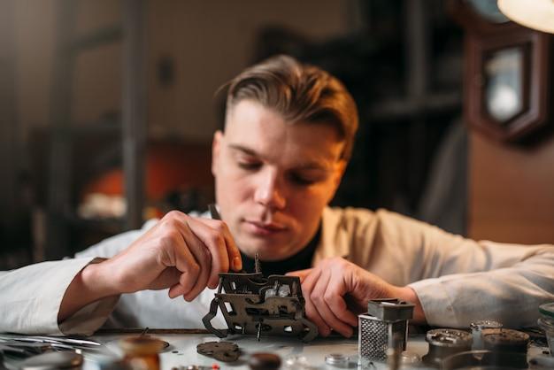 Relojero con mecanismo de relojería de reparación de lupa