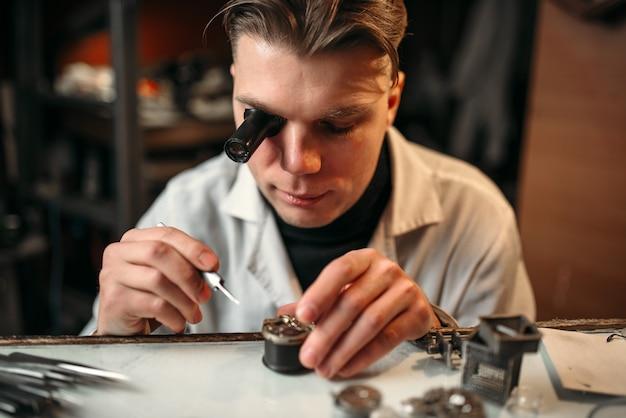 Relojero reparar antiguo mecanismo de relojería