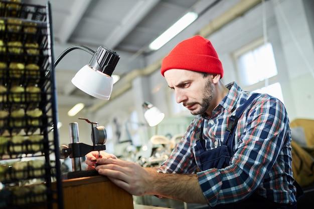 Relojero trabajando en fábrica